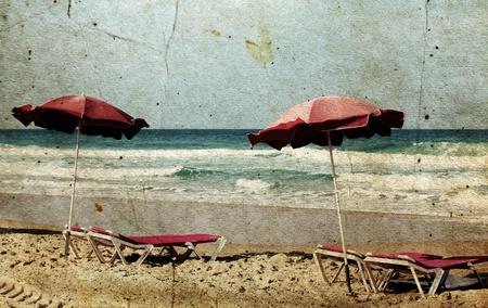 sillas en la costa cerca del mar en el estilo grunge y retro Foto de archivo