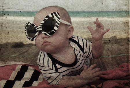 h�nde in der luft: Mode Baby am Meer. Foto im alten Stil Farbbild Lizenzfreie Bilder