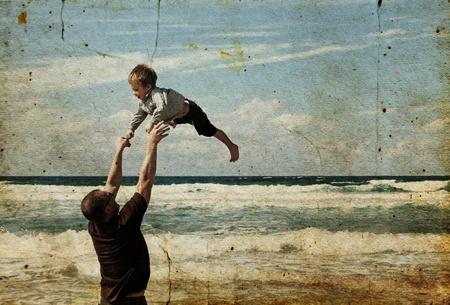 Padre feliz y el hijo en la playa