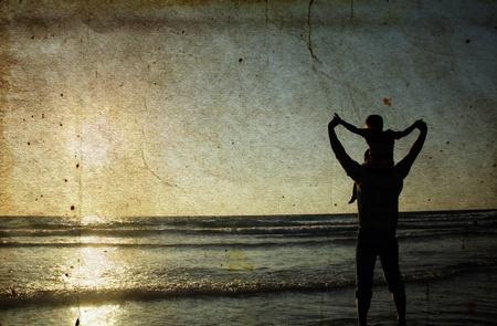 папа: Отец и сын на море. Фото в старом стиле цветного изображения.