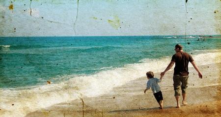 Padre e hijo jugando juntos en la playa. Foto en el estilo de la antigua imagen. Foto de archivo - 12112876