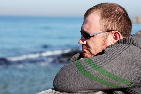 mirada triste: apuesto de 35 a�os de edad, el hombre en el fondo del mar
