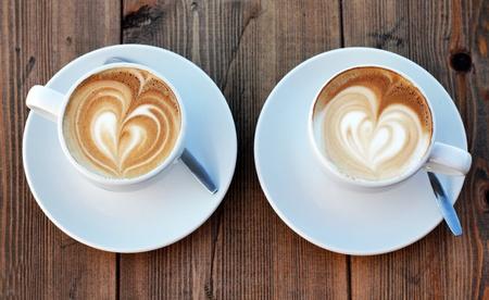 desayuno romantico: dos tazas de caf� cappuccino Foto de archivo
