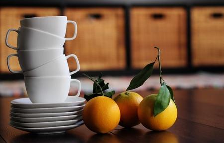 soft focus: Tazas blancas y naranjas org�nicas. Enfoque suave Foto de archivo