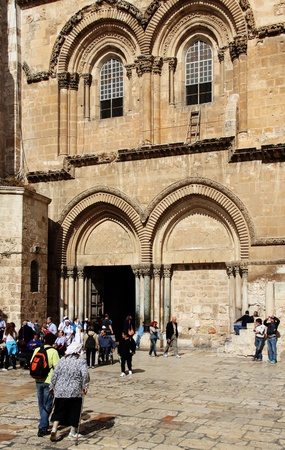 Jerusalem, Israel – November 3, 2011: tourists near the entrance to the Church of the Holy Sepulchre in Jerusalem Stock Photo - 12385906