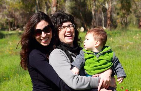 lesbienne: deux belles filles avec un b�b� dans le fond de la for�t au printemps
