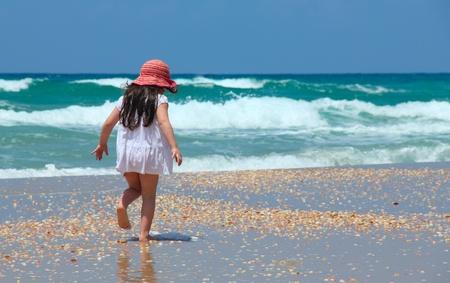 hermosa niña de 5 años en la playa