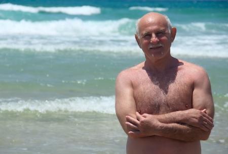 1 senior: 60 a�os de edad, el hombre descansando en la playa