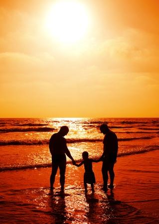 abuelo: ni�o con su padre y su abuelo viendo atardecer