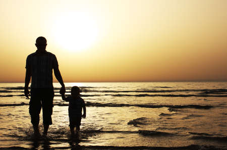 ni�o con su padre en el mar Atardecer photo