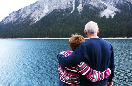 persona viajando: Una pareja encantadora, cerca de la principal alp