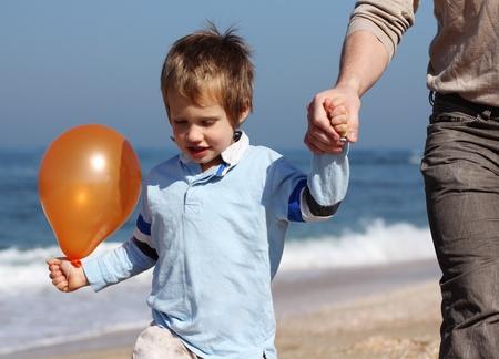 nalatenschap: vader houdt de hand van zijn zoon