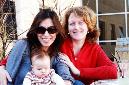 zwei schöne Mädchen mit einem Baby im Freien Lizenzfreie Bilder
