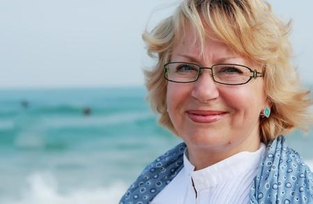 Happy Senior Frau im Sommerurlaub am Meer