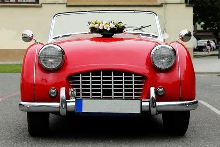 coche antiguo: auto rojo viejo Editorial