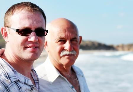 abuelo: padre e hijo en una playa