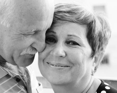 pareja en casa: pareja de ancianos