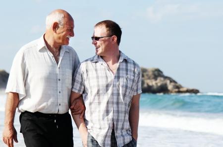 Vater und Sohn am Strand Lizenzfreie Bilder