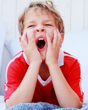 agotado: Chico lindo que bosteza Foto de archivo