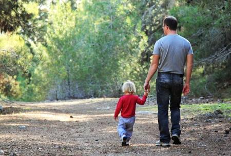 Vater und Tochter im Frühjahr Wald