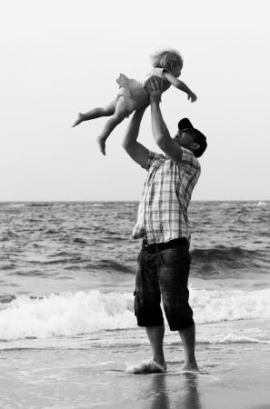 父と海での休暇の娘
