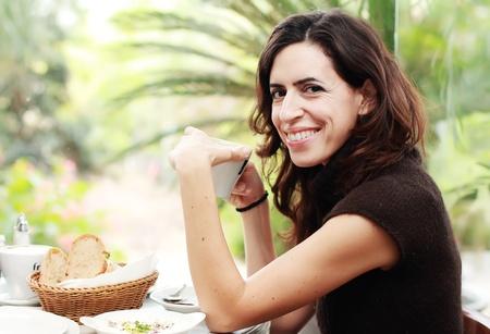 35: Hermosa mujer de 35 a�os que bebe su caf� de la ma�ana Foto de archivo