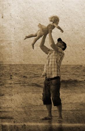 father and daughter: padre con la hija en vacaciones en el mar. Foto en el estilo de la imagen anterior.