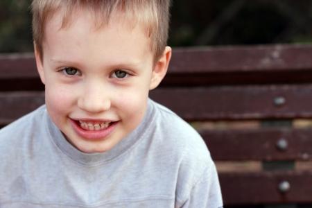 かわいい 5 歳の子供の男の子の屋外の肖像画