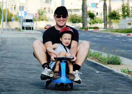 父と息子が一緒に遊んで