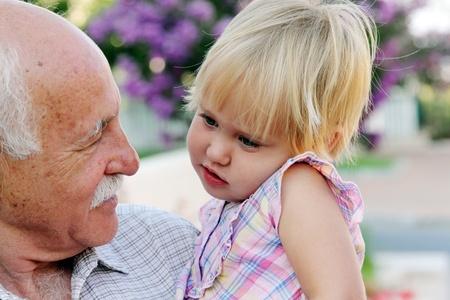 彼の 2 歳の孫娘を保持の祖父 写真素材