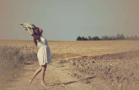 Junge Frau genießt ihre Schwangerschaft in der Landschaft Lizenzfreie Bilder