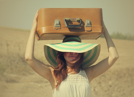 mujer con maleta: mujer