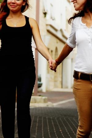 homosexuales: dos mujeres tomados de la mano