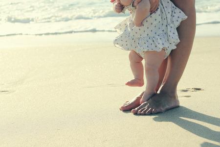moeder en baby voeten op het strand zand Stockfoto