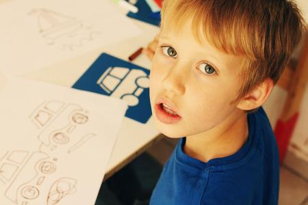 かわいい 6 歳の少年を描く 写真素材