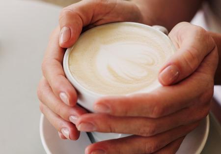 woman hands with cappuccino Foto de archivo