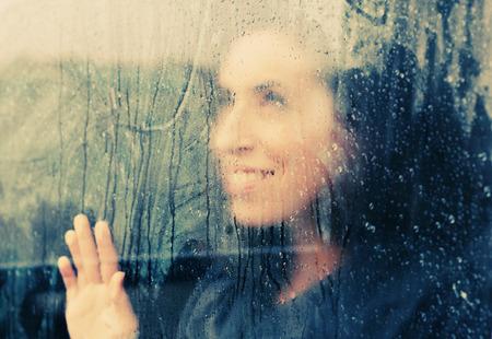 condensación: hermosa mujer se encuentra en frente de la ventana Foto de archivo