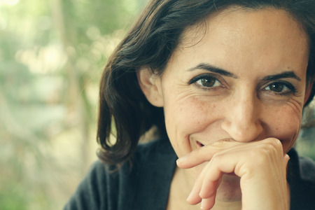 ojos marrones: Retrato de la mujer hermosa de 35 a�os Foto de archivo