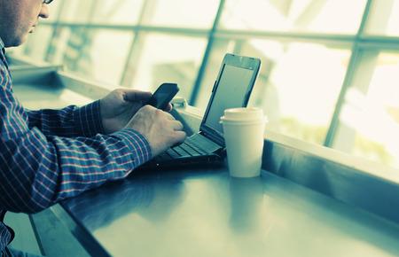 gente comunicandose: manos con el tel�fono celular y la computadora port�til