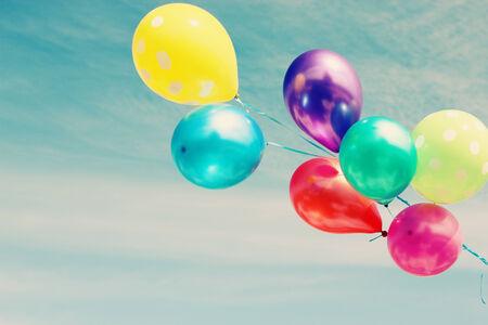 palloncini colorati su sfondo del cielo blu Archivio Fotografico