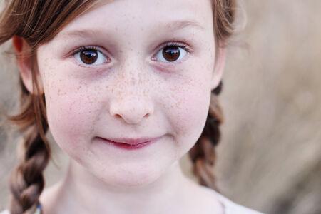 colegiala: retrato de una bella ni�a sonriente feliz al aire libre