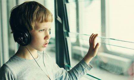 ヘッドフォンを持つ少年