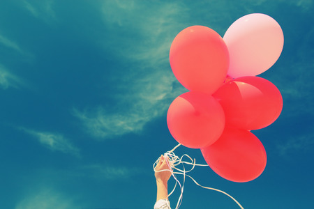 red balloons on the background of blue sky Standard-Bild