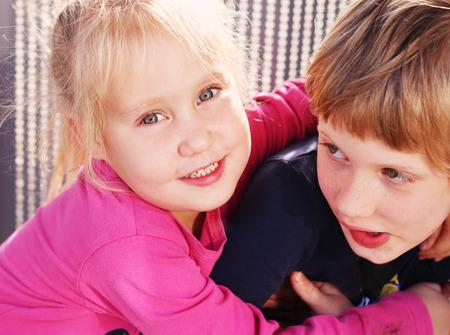 屋外に彼女の自閉症の兄を持つ幸せな少女の肖像画 写真素材