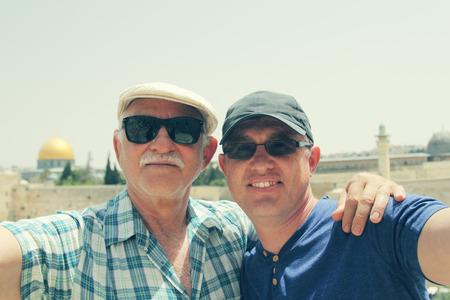 父、大人の息子の Selfie の肖像画 写真素材