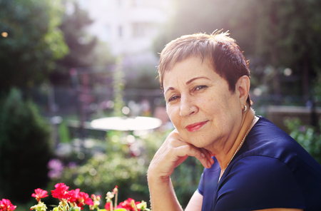 jubilados: Retrato de feliz mujer senior sonriente Foto de archivo