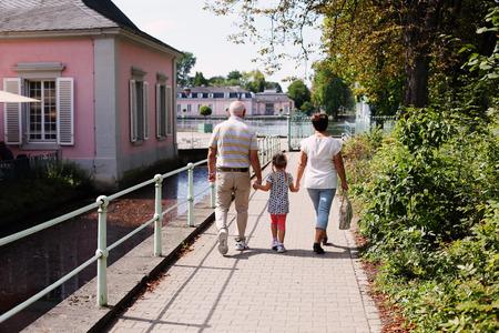 abuelos: Abuelos con los nietos caminar juntos en el parque
