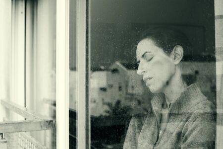 junge nackte m�dchen: sch�ne 40 Jahre alt Frau auf der Suche durch das Fenster