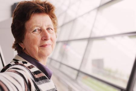 femme chatain: Portrait de la belle femme de 70 ans