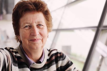 personas mirando: Retrato de la mujer de 70 a�os de edad Foto de archivo